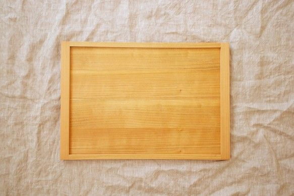 家具職人による、桜の木のトレイ。木のトレイは数多くありますが、細部の作り込みと、表面の滑らかさ、綺麗な縁面の曲線が特徴的なトレイです。製作は、普段キャビネット...|ハンドメイド、手作り、手仕事品の通販・販売・購入ならCreema。
