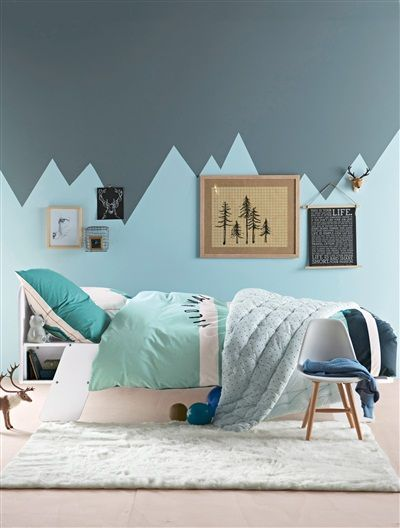 chambre enfant ; peinture géométrique, montagnes, harmonie de bleu-gris. Un peu trop prononcée pour moi