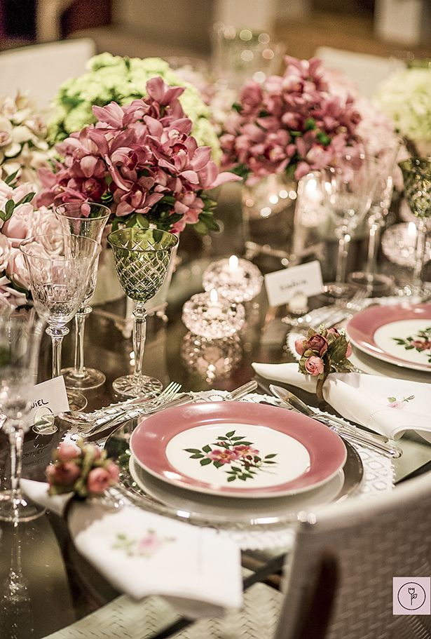 Chic chic chic table decor in pink and green! Loooove those glasses