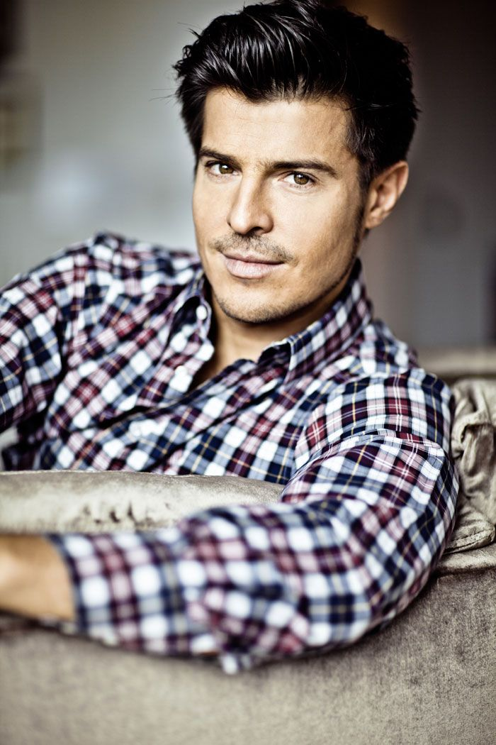 Number 1 reason to watch Autant En Emporte Le Vent: this man is Rhett Butler. Gah. Vincent Niclo, ladies and gents.