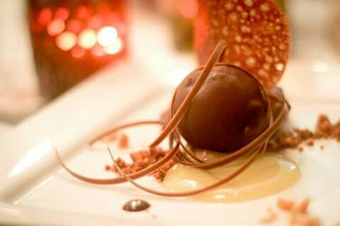Dessert #goodfrance #callebaut La Plata, Argentina. Mousse de chocolate con leche interior líquido semiamargo. Sopa de mango y wasabi. Crumble de avellanas con pimentón.  Parfait de chocolate amargo.