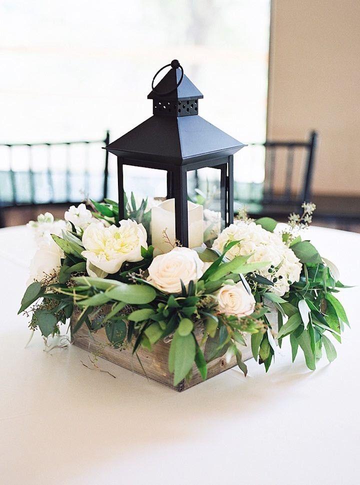 Centro de mesa con lampara y flores | Ideas para decorar la boda con rosas