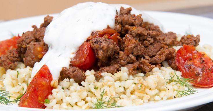 Csípős marharagu kapros bulgurral - A csípős marharagu keveri az egyik kedvenc csípős fűszerünket, a harissát és az édeskés koktélparadicsomot. Fokhagymás joghurttal és kapros bulgurral körítjük.