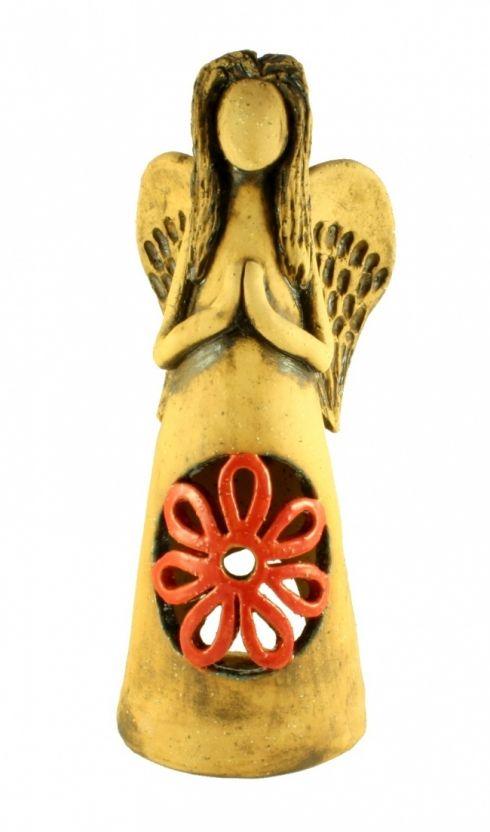 Anděl svícen - keramika Postava anděla, který slouží jako svícen s čajovou svíčkou umístěnou uvnitř sochy. Tělo je modelované ze šamotové hlíny, zatřené přírodními oxidy a zdobené vyřezávaným ornamentem květiny s červenou glazurou. Výška sochy je 32 cm.