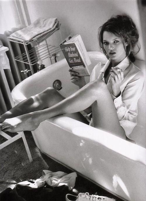 Comme tout le monde, Kate profite de sa baignoire pour lire un livre et fumer une clope. #salledebain #KateMoss #bath