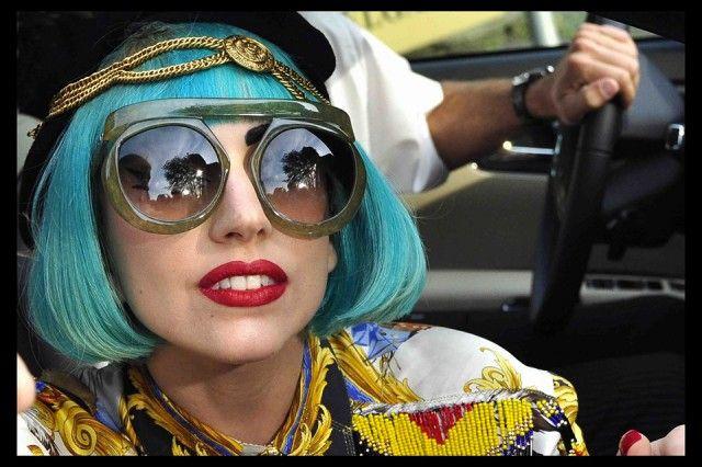 2011. Lady Gaga con parrucca turchina e occhiale verde giada mentre si reca alla trasmissone televisiva Germany's Next Topmodel.
