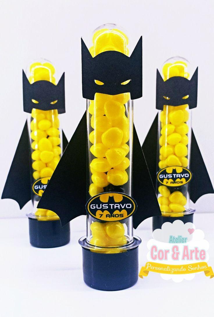 Tubete scrap Batman confeccionado com papel colorplus e papel offset de alta gramatura. Valor refere-se a unidade do produto vazia. Não acompanha latinha. Caso queira o kit tubete e latinha, por favor nos consulte