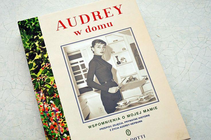 """Trudno byłoby zapewne znaleźć osobę, która nie słyszała o takiej osobie jak Audrey Hepburn. Wiele już o niej napisano, ale po raz pierwszy biografię tej artystki napisał jej syn, Luca Dotti. Ta książka jest bardzo nietypową biografią. Sam autor określa słowami: """"Wspomnienia o mojej mamie. Przepisy, zdjęcia, prywatne historie z życia Audrey Hepburn."""" Dla mnie…"""