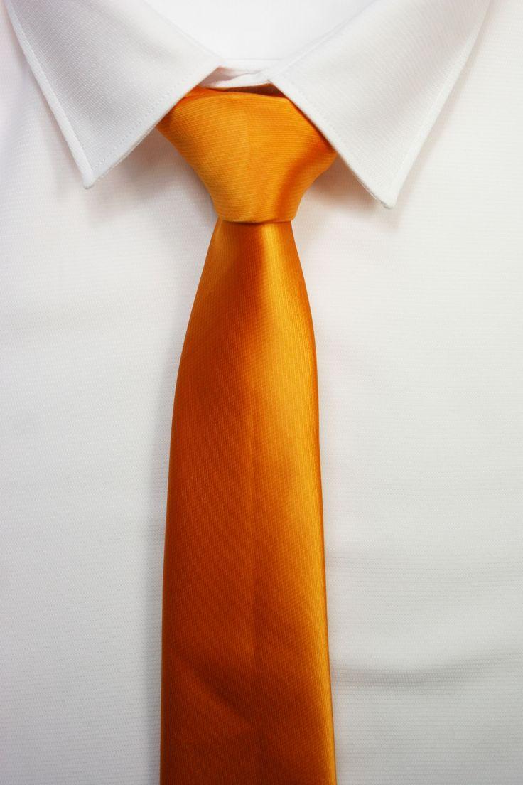 CORBATA NARANJA https://www.corbatasygemelos.es/corbatas-monocolor/432-corbata-low-cost-naranja.html