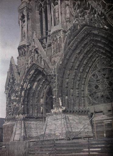 Porches gauche et central  de la cathédrale Notre-Dame de Reims protégés par des sacs de sable