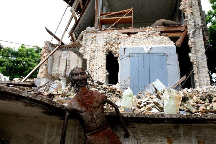 'Kunsten får os til at hænge sammen' Det var ikke kun menneskeliv og huse, der gik tabt, da en af verdenshistoriens værste naturkatastrofer ramte Haiti i januar. Tusindvis af de kunstværker, der er landets stolteste produkt, gik tabt i ruinerne, men en målrettet indsats fra haitianere og internationale kunstinstitutioner skal redde værkerne skabt ud af en af verdens mest særegne og originale kunsttraditioner
