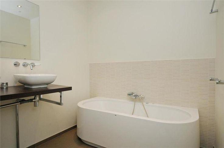 betegelde wand achter het bad