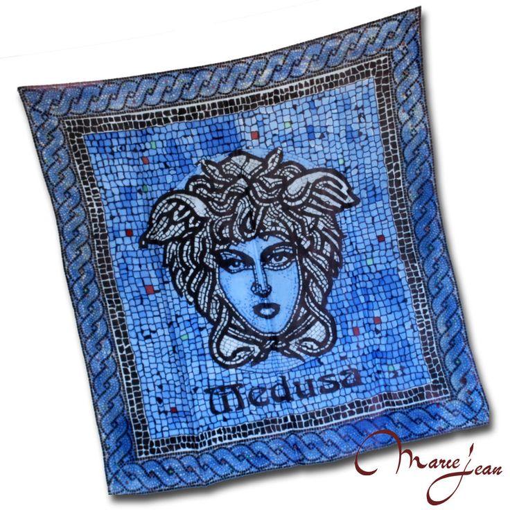 """Maľovaná hodvábna šatka """"BLUE MEDUSA"""" ktorej motívom je mytologická bytosť Medúza, ktorá bola v starogréckej mytológii jediná smrteľná z trojice Gorgón - obludných dcér boha Forkysa a jeho manželky Kéty. www.vegalm.sk"""