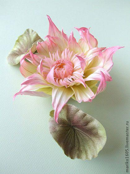 Японский лотос из ткани `Aurore`. Великолепный цветок лотоса из натурального тончайшего японского шёлка хабатай, дешина, мерутона и бархата ручного крашения, выполненный в уникальной японской технике somebana, -- эффектное украшение для смелых дам.
