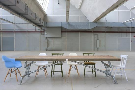 Crude Möbel - Demolition Holztisch mit Stahlrahmen für den Standort Rietveld-Team in Bergeijk