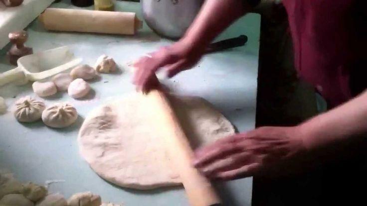 Грузинская хозяйка делает хинкали и хачапури.