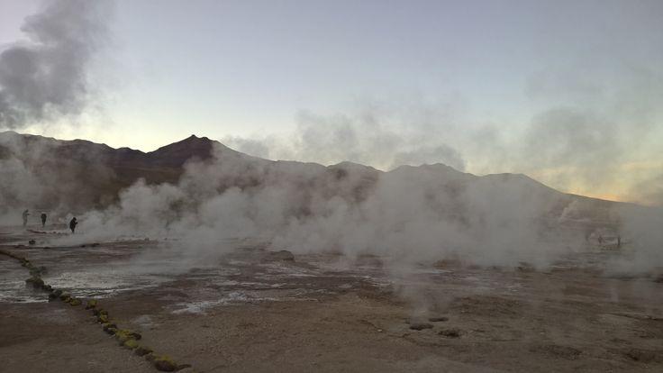 Geyser del Tatio - Deserto do Atacama - Chile.  A cerca de 98km de San Pedro de Atacama e a 4.300m de altitude. Os Gayser são água subterrânea que se choca nas fissuras, cavidades e lençóis freáticos, em contato com rochas e principalmente a lava vulcânica encontrada abaixo à elevada temperatura, vai aquecendo a água gradualmente. A temperatura que peguei no dia que visitei foi -6 graus! Penseee num frioo.. Nunca senti nada igual. É sério. Mas o lugar é incrível. Também nunca vi nada igual