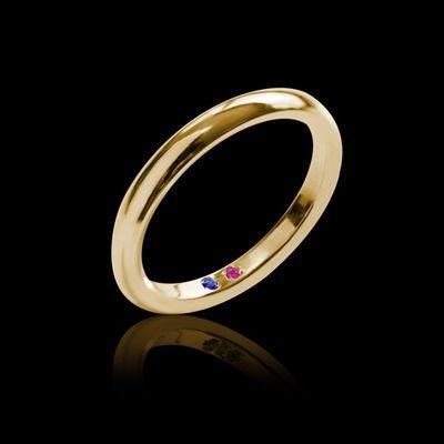 Alliance Homme Cache Cache en or jaune 18K. Alliance symbolique avec un saphir bleu et un saphir rose à l'intérieur de l'anneau. #alliance #mariage #BijouxHomme #surmesure #CacheCache #SaphirRose #SaphirBleu @jaubalet