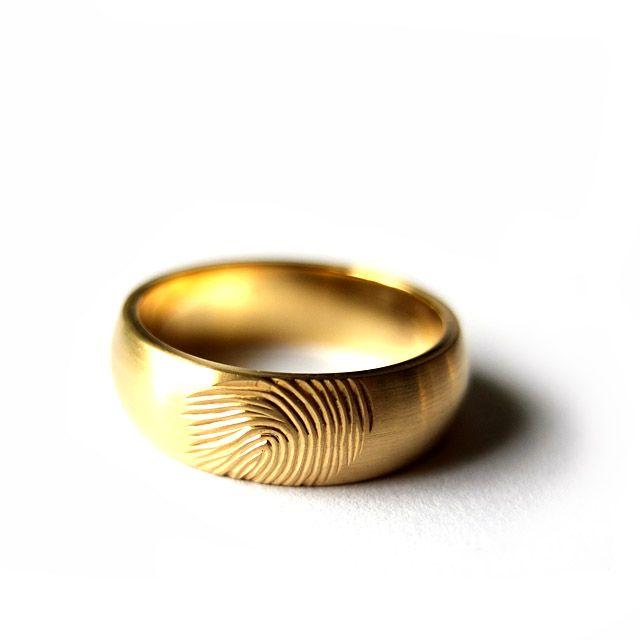 Obrączka z żółtego złota próby 585 z odciskiem palca.  Marcin Gronkowski i Jan Suchodolski  http://waszeobraczki.pl/ #ślub #obrączki