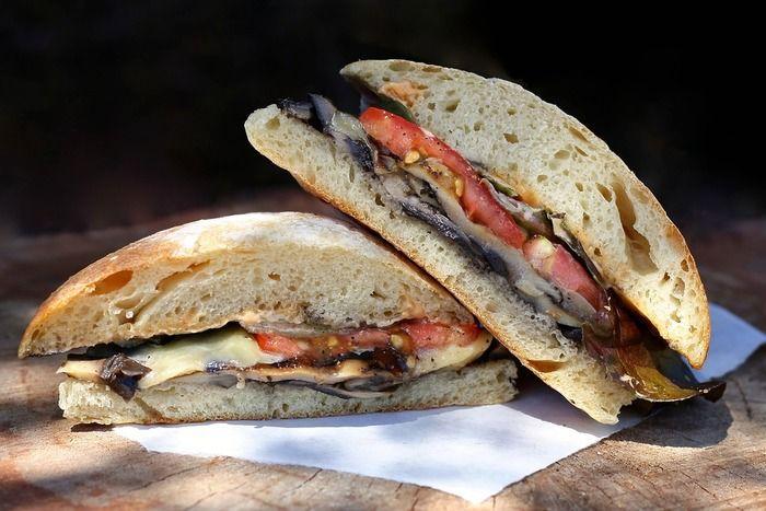 日本でも人気の、イタリアのパニーノ(パニーニは複数形)。イタリアのもちっとした丸いパンに、ハムやサラミなどがはさんであります。家庭では、具をはさんでそのまま食べるのがポピュラーですが、お店などではトーストすることが多いようです。