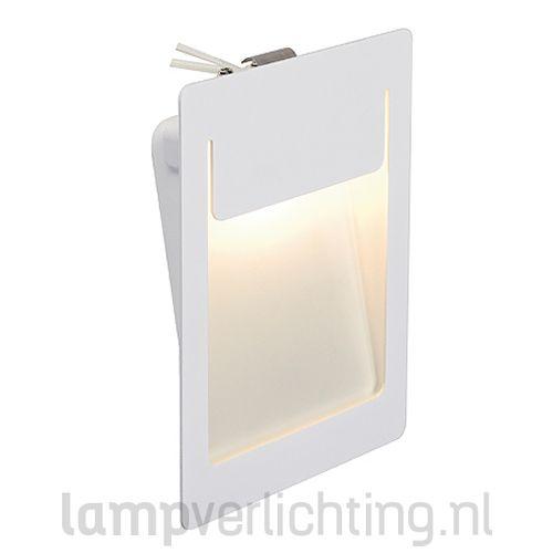 Deze minimalistische wand inbouwlamp met ingebouwde warmwitte led geeft een mooie indirecte verlichting waarmee je bijvoorbeeld een trap kunt verlichten. #trapverlichting #wandinbouwspot #inbouwspot #verlichting #interieurinspiratie