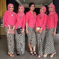 Kebaya kutu baru never fail to impress us. They all look so gorgeous with those pink kutu baru. We sure you will love it too ❤  Photo via @nunuhufdyah  #pernikahanindonesia