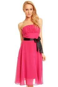 Krásné dámské romantické šaty bez ramínek, doplněné černou saténovou stuhou. Šaty mají na zádech zipové zapínání, v oblasti hrudníku jsou nabírané a vyztužené kosticemi. Sukně je dvouvrstvá - spodnička + šifon. Barva: růžová. Materiál: 95% polyester, 5% elastan