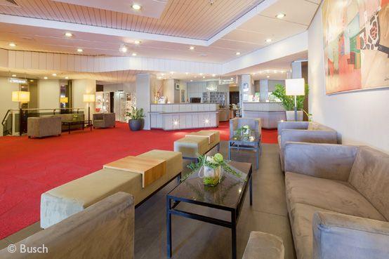 Hotel-Foyer mit Rezeption