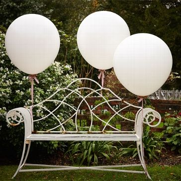 """Schöne weiße Riesen-Luftballons als niedliche Hochzeitsdekoration auch passend zum Hochzeitsthema """"Vintage Rustikal"""""""