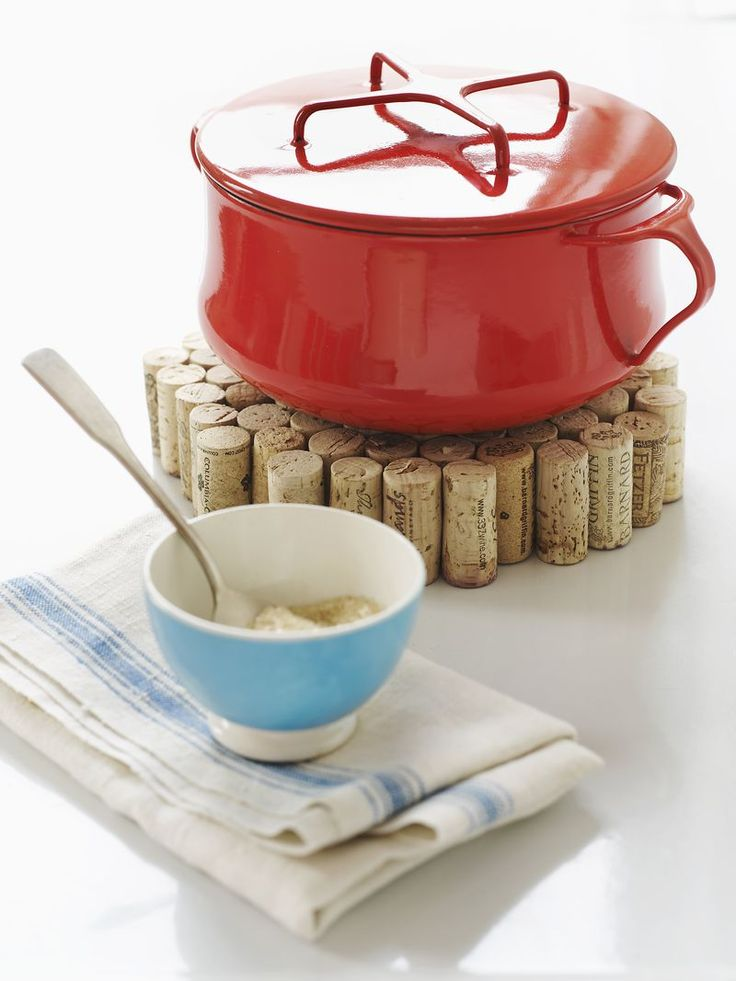 Wine Cork Trivet - so easy and fantastic!  i could make this with the corks i have, since it needs fewer than a wreath!!
