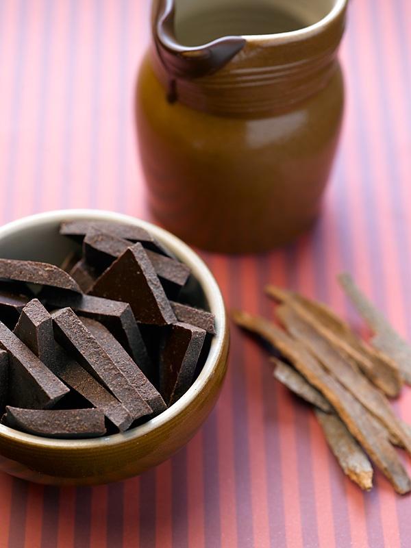 Chocolate with cinnamon and cardamom. 100 g cocoa mass. 50 g cocoa ...