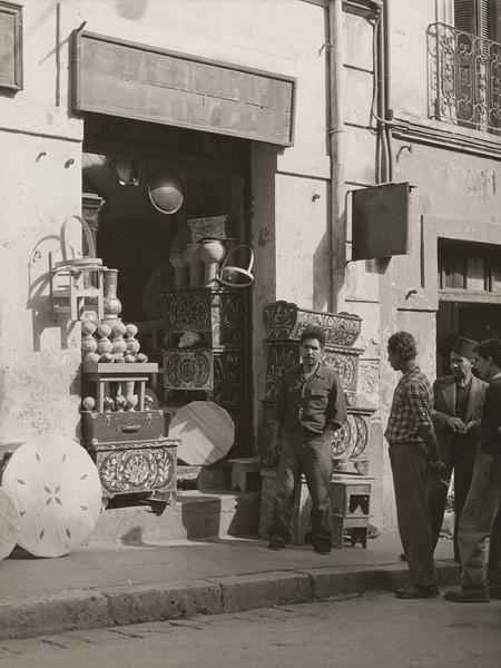 Alger Boutique Dans la Casbah, un marchand de meubles 1950 (vers)