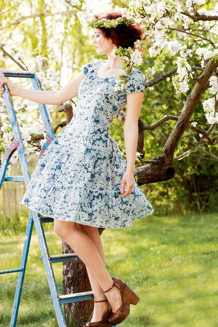 """Deze 70s Pluckily Mary Robeis prettiness overload!  De lente begint vroeg dit jaar want zodra je dit vrolijke jurkje aantrekt beginnen de vogels te fluiten en de zon te stralen! Deze semi-swing jurk heeft allemaal verschillende """"stroken"""" met hier en daar een geschulpte bies, een elegant rond halsje, schattige korte mouwtjes en elastische smock aan de achterzijde van de top. Uitgevoerd in een luchtige, non-stretchy, lichtblauwe katoen met een wit/groene bloemenprint d..."""