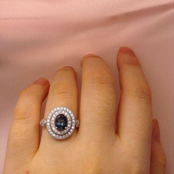 Se trata de un genuino Vintage Londres azul topacio anillo de plata esterlina 92,5.  El anillo está grabado 925 para garantizar como 100% plata con ninguÌ n níquel, estaño o puerro utilizado. La plata es sólido y alto pulido con un acabado profesional liso. La banda es gruesa, así que plata no dobla fuera de forma (cuál anillos finos y delicados). A diferencia de la joyería plateada plata, no se deslustra o se descolora pero permanece vibrante para toda la vida.  El anillo es hecho a mano en…