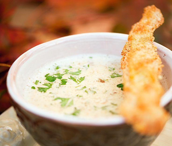 Slät och gräddig svampsoppa som blir lika god på kantareller som trattkantareller. Servera i små glas eller koppar som aptitretare eller bjud som hel rätt med härligt knapriga oststänger.