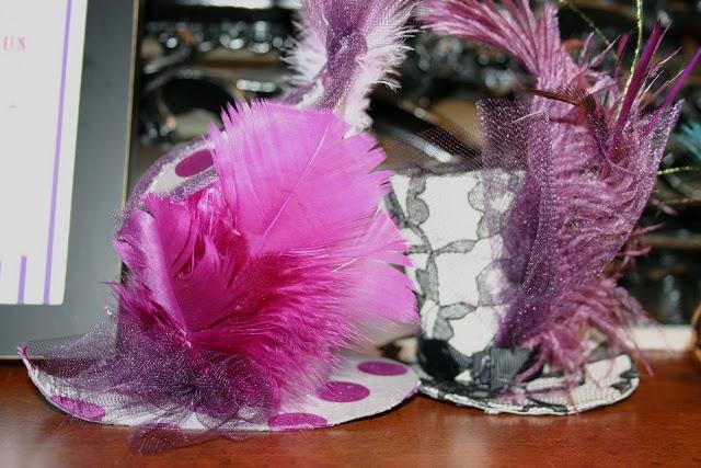 Chapéus decorados com plumas