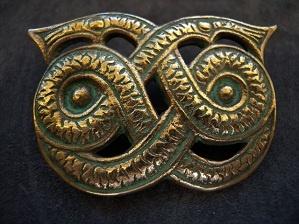 Kalevala Koru brooch in bronze from 1930-40. the original is from the Viking period found in Hämeenlinnan Hattelmasta. Stamped: K.K Height: 3.5cm Width: 5.5 cm Weight: 31.1 gr