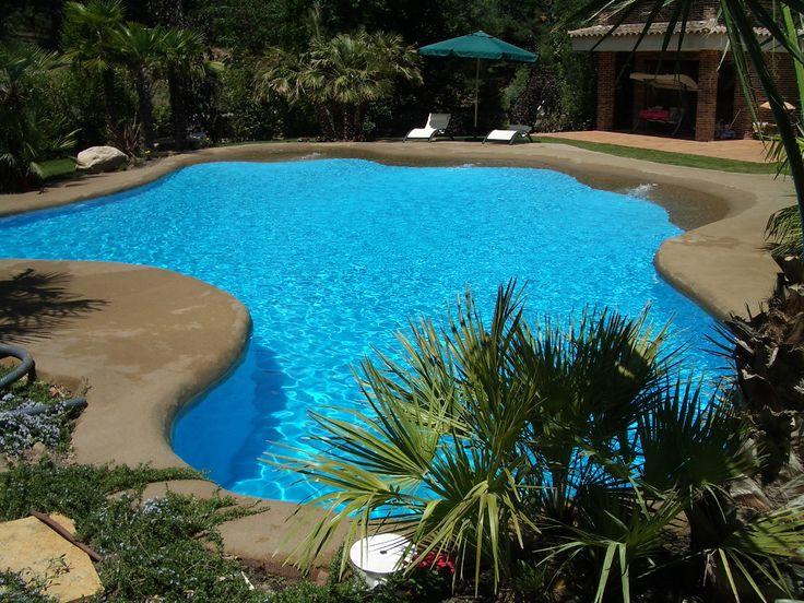 Piscina de arena construida en una vivienda familiar de San Rafael. Uno de nuestros proyectos más elegantes, en el que además nos hicimos cargo del paisajismo. #paisajismo #piscina #paraíso