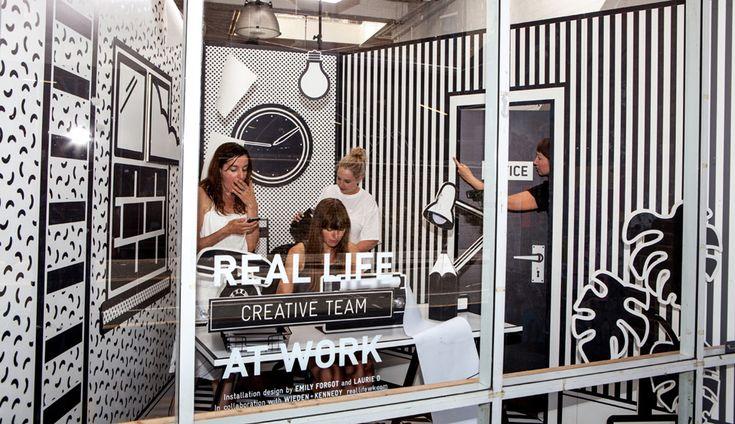 Wieden+Kennedy coloca funcionários trabalhando dentro de cubículo pop art
