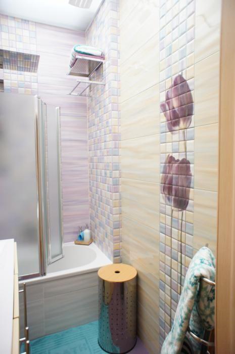 Светло-фиолетовая ванная, плитка панно с тюльпанами