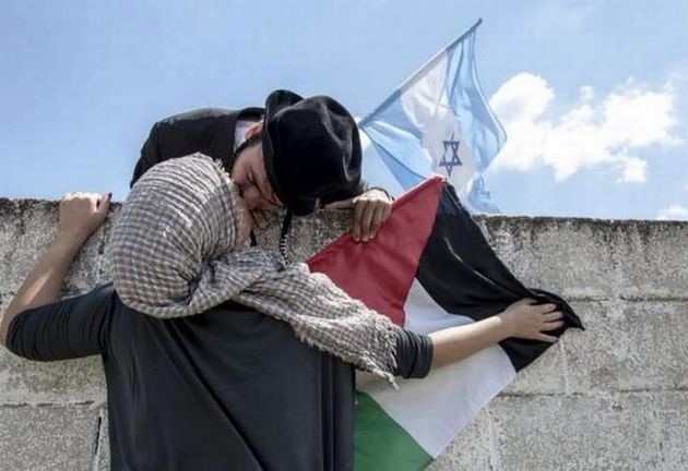 Una bella iniziativa #social. #JewsAndArabsRefuseToBeEnemies Jews, Arabs kiss as peace movement goes viral on Twitter  #pace #peace #Gaza #campagnesocial
