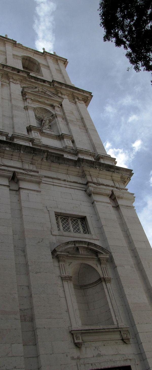 Torre lateral da igreja de São Vicente de Fora vista do Arco Grande de Cima.