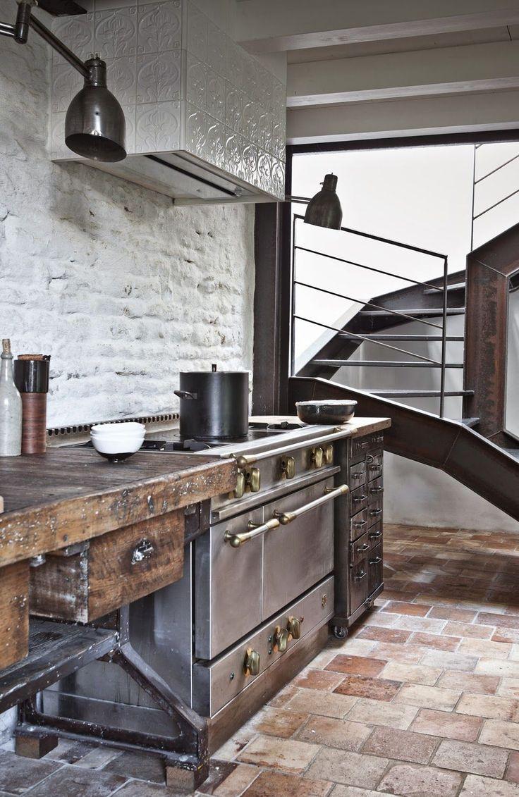 Кухня в стиле лофт: создаем удивительный дизайн http://happymodern.ru/kuxnya-v-stile-loft-sozdaem-udivitelnyj-dizajn/ Духовой шкаф имитирует стиль ретро, удачно дополняя настоящий старинный стол