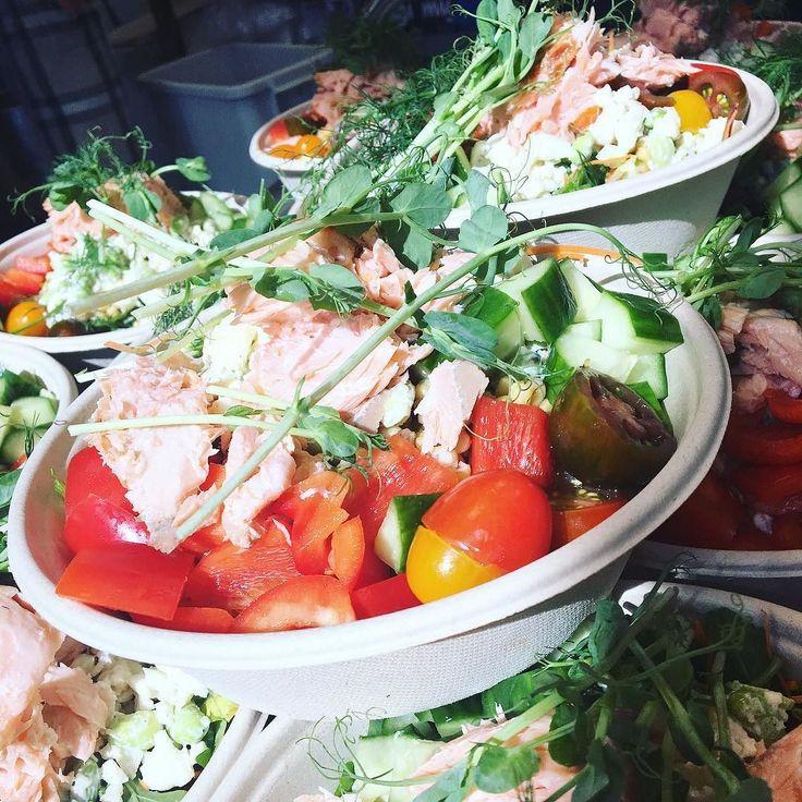 Dagens sallad är idag varmrökt lax med ekologisk matvete på durumvete blandat med blomkålsris & sojabönor samt blandade grönsaker!