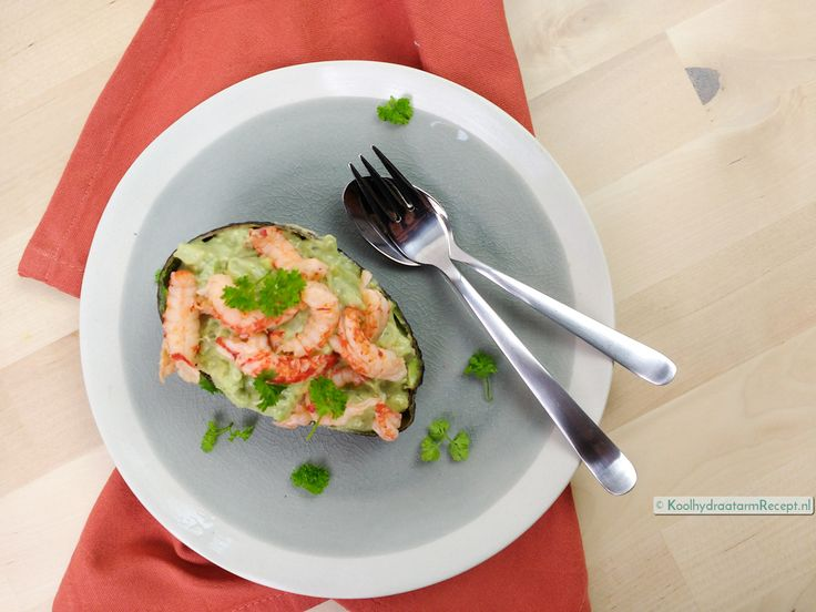 De Gevulde avocado met rivierkreeftjes zou zomaar het ultieme 'hoe leer ik avocado eten' - recept kunnen zijn. Feestelijk en in een handomdraai op tafel!