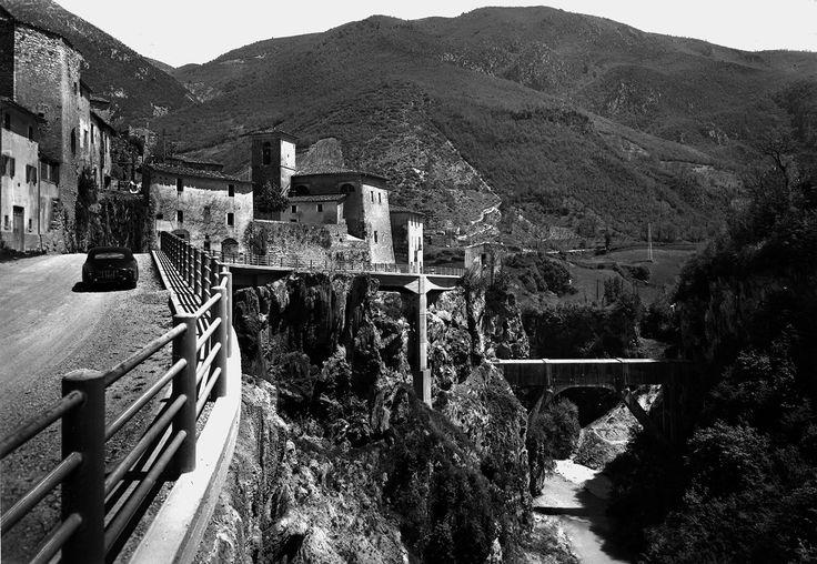 Triponzo, Cerreto di Spoleto, anni '60. Importante castello di pendio posto sulla confluenza di strategiche vie di comunicazione fra la valle del Nera e i territori di Norcia e Cascia.
