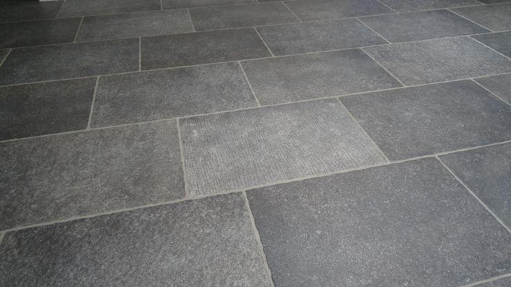 Prachtige robuuste hardsteen look 40x60 met getrommelde rand (09). Toch voelt het oppervlak glad aan, Tegelhuys