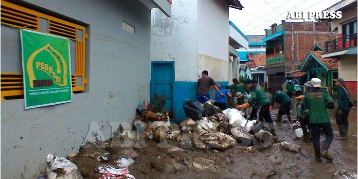 Banjir bandang akibat meluapnya sungai Cimanuk Garut masih menyisakan persoalan bagi warga. Terutama lumpur tebal yang menutupi fasilitas-fasilitas umum, ja