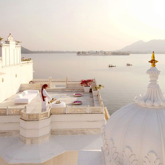 In Udaipur, India, inserted into an idyllic setting with the Aravali mountains as backdrop and enveloped by the tranquil waters of Lake Pichola, the Taj Lake Palace emerges, a majestic palace of mosaics and white marble and a sumptuous dream hotel.