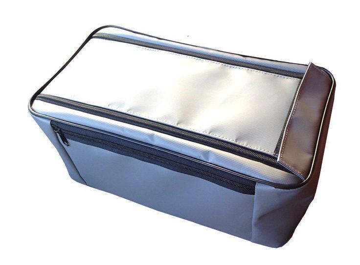 Сумка для аксессуаров на плотик     В сумке для аксессуаров на рыболовный плотик «Ондатра» А-130 вы возьмёте с собой на воду любимые приманки, вкусный бутерброд и небольшой термос. Боковое отделение вместит телефон, документы и ключи от машины. Конструкция молний обеспечивает защиту от попадания воды внутрь даже в проливной дождь.     Технические характеристики сумки для аксессуаров на плотик Ондатра А-130:    Цвет — серый (универсальный), зеленый;  Размеры, см.: 35 х 16 х 20;  Масса…